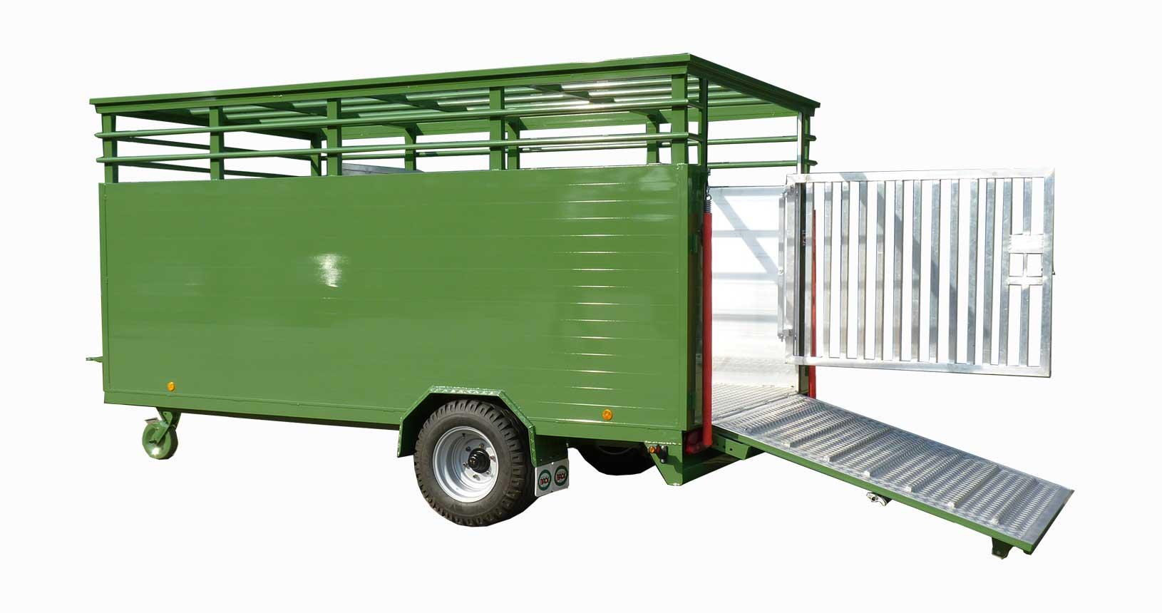 Rindertransporter für Weiderinder mit Schlepperzug
